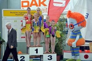 Siegerfoto mit Camille Herrmann, Lilly Kutta und den Zweitplatzierten auf dem Siegertreppchen
