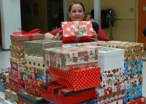 Frau Krakow mit den gespendete Paketen