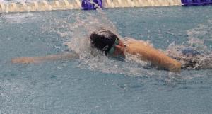 Eden schwimmt die 100 m Freistil in 1:06,20 min und gewinnt. Sie hat auch als beste Schwerinerin den Wettkampf absolviert und den Mehrkampfpokal in der AK 12 gewonnen.