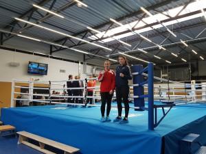 Zwei unserer Bundeskader-Boxerinnen, Lina und Emmi, freuen sich auf die neuen Trainingsbedingungen.
